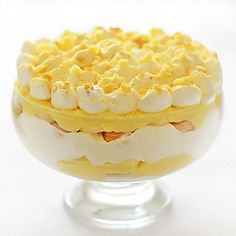 Homemade Banana Pudding - dreamy, easy to make Southern dessert; real pudding, the way it was made before instant pudding and Cool Whip were invented Nilla Wafer Banana Pudding, Homemade Banana Pudding, Banana Pudding Recipes, Pudding Desserts, Strawberry Upside Down Cake, Easy Tiramisu Recipe, Southern Banana Pudding, Moist Pumpkin Bread, Trifle Dish