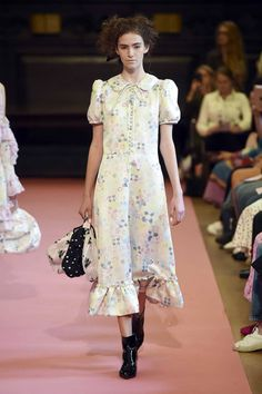 Ryan Lo Spring 2019 Ready-to-Wear Fashion Show Collection: See the complete Ryan Lo Spring 2019 Ready-to-Wear collection. Look 2 Fall Fashion Outfits, Cute Fashion, Runway Fashion, Spring Fashion, Autumn Fashion, Mom Dress, Dress Up, Fashion Over 50, High Fashion