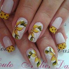 unhas decoradas com flores e francezinha amarela