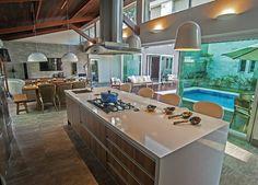 A cozinha gourmet, toda projetada em madeira Teka, ganhou amplos gavetões para melhor organizar os utensílios do