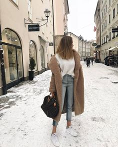 Fall casual outfit for winter. Looking for the best outfits for winter; brown lo… Casual autumn outfit for the winter. Looking for the best outfits for the winter; brown long coat + white T-shirt + jeans in light wash + white sneakers. Winter Outfits For Teen Girls, Casual Winter Outfits, Fall Outfits, Outfits For The Snow, Winter Dresses, Outfits For Paris, Warm Weather Outfits, Casual Fall, Street Style Outfits