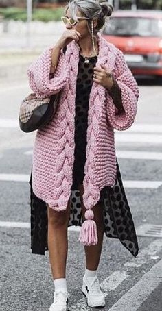 Boho look, bohemian style, knit fashion ideas Crochet Cardigan Pattern Free Women, Cardigan Au Crochet, Knit Cardigan Pattern, Chunky Cardigan, Poncho Sweater, Crochet Pattern, Pink Cardigan, Pull Poncho, Poncho Pullover