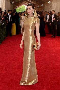 MET Gala 2015-  Anne Hathaway and the golden sublime dress