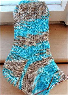 Fido                                                                                                                                                                                 Mehr Loom Knitting, Knitting Socks, Hand Knitting, Knitting Patterns, Crochet Patterns, Crochet Slippers, Knit Crochet, Best Slippers, Socks
