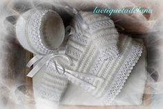 The website is entirely in Spanish, but the garments speak for themselves… Baby Knitting Patterns, Baby Cardigan Knitting Pattern, Knitted Baby Cardigan, Knitting For Kids, Knitting Designs, Hand Knitting, Knitted Hats, Baby Set, Crochet Baby