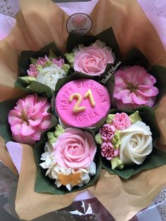 Cupcake Bouquet Discover Love this Blooming Bouquet - yummmmm cupcakes. 21st Birthday Bouquet, 21st Birthday Cupcakes, Mothers Day Cupcakes, Valentine Day Cupcakes, Valentine Desserts, Birthday Cakes, Cupcake Flower Bouquets, Floral Cupcakes, Cupcake Art