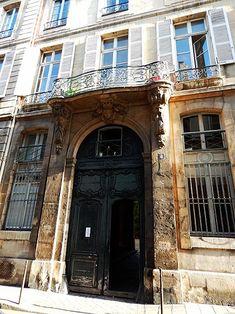 Hôtel Le Lièvre (1673) 4-6 rue de Braque Paris 75003. Architecte Thierry-Victor Dailly.Il s'agit de deux hôtels construits pour Thomas Le Lièvre, seigneur de La Grange, ils possèdent deux splendides portes surmontées d'un balcon, l'un orné des têtes de béliers, l'autre de têtes de vieillards. Les sculptures sont de Lissy et Bourguignon.