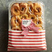 this one has some good ideas for wrapping baked good donations: 7 Easy Food Gift Wrapping Ideas Diy Food Gifts, Edible Gifts, Homemade Gifts, Homemade Food, Comida Diy, Caramel Crunch, Little Presents, Wrap Recipes, Food Packaging