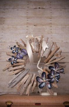 Schelpen gecombineerd met drijfhout