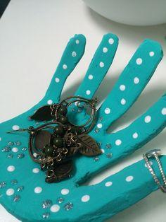 De quoi déposer les clefs ou les petits objets dans son entrée : ce joli vide-poches a la forme de la main de l'enfant et est décoré par ses soins
