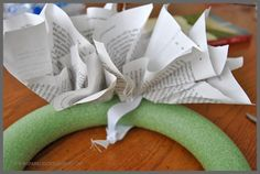 Book Page Wreath Made in 3 Easy Steps - Sparkles of Sunshine How To Make Wreaths, Crafts To Make, Book Page Wreath, Book Page Crafts, All Craft, Book Making, Book Pages, Paper Flowers, Diy Gifts