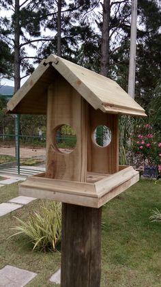 Comedouro para pássaros, com reaproveitamento de sobra de madeiras.