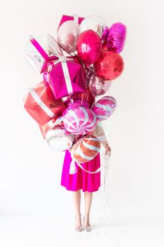 Up Your Holiday Party Decor With These Festive Balloon DIYs - Balloon Decorations 🎈 Christmas Balloons, Pink Christmas, Balloon Centerpieces, Balloon Decorations, Balloon Bouquet, Balloon Garland, Love Balloon, Mylar Balloons, Metallic Balloons