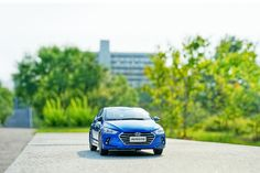 While taking a walk, you may meet autumn -  산책하기 좋은 계절이 다가왔네요- #takeawalk #niceweather #season #change #Yeouido #car #carinstagram #diecast #AVANTE #Elantra #Hyundai