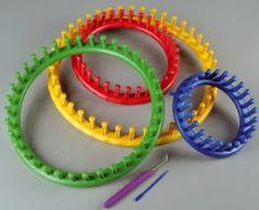 Questi sono i telaietti di plastica circolari, sono di varie misure e consentono di lavorare a maglia senza l'uso dei ferri