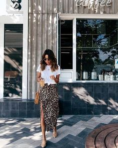 Style cute outfits White tee, leopard skirt T-shirt blanc, jupe léopard Skirt Outfits, Dress Skirt, Tee Dress, Leopard Skirt Outfit, Leopard Print Skirt, Cheetah Print, Skirt Fashion, Fashion Outfits, Style Fashion