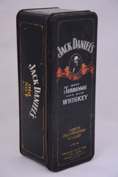Caixa em metal, Whiskey Jack Daniels, Tennessee - USA. Datada de 1977/1980. Cada face possui um tem