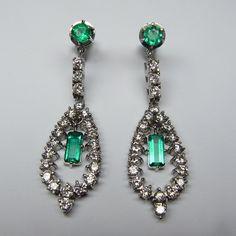 Pendant #earrings with #diamonds and natural #emeralds - #orecchini con #smeraldi e #brillanti #antiquejewellery #gioielleria #gioielliantichi #shoponline - available on our website - www.legioiedifunaro.com