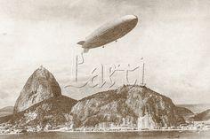 """O Zeppelin """"Hindenburg"""" sobrevoando o Pão de Açúcar, na baía de Guanabara, Rio de Janeiro, durante o regresso de sua 1a. viagem através do território sul-brasileiro. Dezembro de 1936...Zeppelin Hindenburg over the Sugarloaf Mountain. Guanabara Bay, Rio de Janeiro, 1936."""