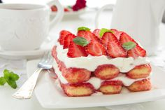 Strawberry tiramisu without eggs: the fresh and delicious dessert recipe Fruit Recipes, Sweet Recipes, Baking Recipes, Dessert Recipes, Strawberry Tiramisu, Strawberry Desserts, Cookie Desserts, No Bake Desserts, Italian Desserts