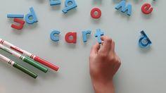 """Estudiante escribiendo """"cart"""" con letras magnéticas"""