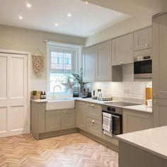 Closed Kitchen Design, Country Kitchen Designs, Rustic Kitchen Design, Kitchen Room Design, Home Decor Kitchen, Interior Design Kitchen, New Kitchen, Brass Kitchen, Kitchen Hardware