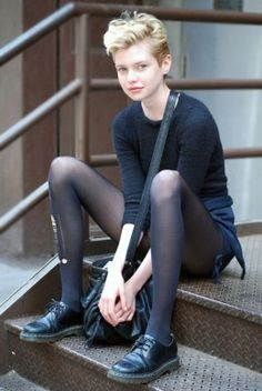 Street Style: Model Stella Maxwell Listens to Phil Collins oh, that pixie haircut… i wish i would have courage to crop my long hair… Looks Street Style, Looks Style, Dr. Martens, Estilo Tomboy, Stella Maxwell, Look Girl, Phil Collins, Black Tights, Ripped Tights