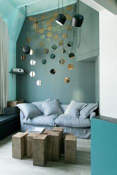 Belle gamme de couleurs, murs vert grisé, miroirs hexagonaux, Rue Clauzel - GCG ARCHITECTES