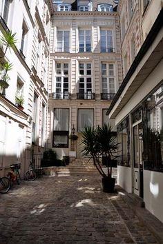NOIR BLANC un style: Un appartement à la fois exubérant et minimaliste en plein Paris.