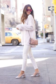 Sweater. White skinny Jeans. Flat shoes. Pink shoulder bag. Sunnies.
