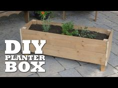 DIY Planter Box from Just a Few Boards - Homestead Survival Site This DIY planter box by Cottage Lif Building Planter Boxes, Planter Box Plans, Raised Planter Boxes, Cedar Planter Box, Garden Planter Boxes, Window Planter Boxes, Planter Box Designs, Wooden Garden Planters, Patio Planters