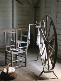 DIY pvc A hand-driven spinning wheel can be made from simple and easily obtained components Intarsia Woodworking, Woodworking Logo, Woodworking Patterns, Woodworking Workshop, Woodworking Techniques, Fine Woodworking, Woodworking Projects, Woodworking Jointer, Pvc Projects