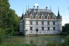 Le château d'Azay-le-Rideau situé sur une île au milieu de l'Indre, ce joyau de la Renaissance Italienne est tel un mirage aquatique.Il préfigure les prémisses du style classique français (style Henri II).