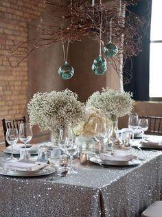décoration de table glamour avec nappe pailletée et boules suspendues