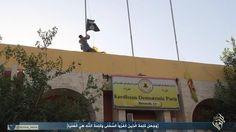 مسلحون يرفعون علم الدولة الإسلامية مستبدلين العلم الكردي، الصورة عن تغريدة من حساب يعتقد بإرتباطه بالدولة الإسلامية