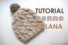Tutorial de lana: Como hacer gorro trenzado ochos (patrones gratis) Knitting Videos, Knitted Hats, Crochet Hats, Crochet Ideas, Baby Knitting, Winter Hats, Beanie, Cross Stitch, Wool