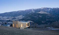 Ein Rückzugsort für zwei vielarbeitende Architekten und ein minimierter Eingriff in die Natur: Die Architekten von Morpho-Logic aus München habe ein Haus...