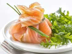 Discover the recipe for Ballotin of smoked salmon with avocado and herbs with Femme Actuelle Le MAG Whole Foods Market, Appetizer Recipes, Appetizers, Whole Food Recipes, Cooking Recipes, Avocado, Looks Yummy, Fish Dishes, Smoked Salmon