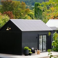 The Guest Wing 🖤 A mini black 'pod' connected to the main house via a glass link🖤🖤 Cabin Design, Tiny House Design, Modern Barn House, Modern Cabins, Modern Homes, Black Barn, Black Shed, Black House Exterior, Barns Sheds