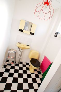 of monochrome bathroom with coloured suit/ceramics/sanitary-wear a couple of other pops of colour Yellow Bathrooms, Dream Bathrooms, Amazing Bathrooms, Black And White Tiles, Toilet Design, Bathroom Trends, Room Interior Design, Wet Rooms, Laundry In Bathroom