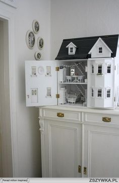 How I would enjoy having a doll house again - I made one for Cissy from a kit bu. Holzspielzeug , How I would enjoy having a doll house again - I made one for Cissy from a kit bu. How I would enjoy having a doll house again - I made one for Cissy. Victorian Dollhouse, Dollhouse Dolls, Dollhouse Miniatures, Cardboard Dollhouse, Wooden Dollhouse, Dollhouse Ideas, Miniature Houses, Miniature Dolls, Miniature Furniture