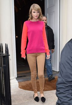 Taylor leaving Sketch Restaurant in London on October 2014 wearing a Sophia Hulme sweater, Joe's Jeans leggings, Miu Miu loafers and Coops earrings. Taylor Swift 2014, Taylor Swift Style, Color Blocking Outfits, Taylors, Celebrity Look, Role Models, Celebs, Female Celebrities, Street Style