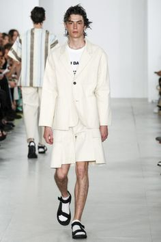 See the complete Lou Dalton Spring 2017 Menswear collection.