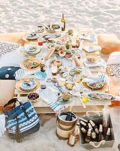 Organiseer je een dinner party? Met onze tips is dat een fluitje van een cent. Je leest ze via de link in de bio. #dinner #beach #tablesetting #goals