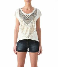 T-shirt Promod en coton blanc, l'imprimé doré, plastron de sequins brodés, encolure arrondie degagée. Coupe droite. 24€95