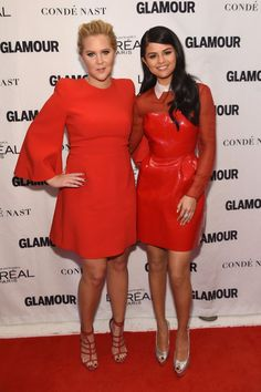 Amy Schumer and Selena Gomez laugh off fashion faux pas as they wear scarlet to Glamour Awards Gala Trendy Fashion, Fashion Show, Fashion Outfits, Fashion Design, Victoria Beckham Smile, Androgynous Models, Vinyl Clothing, Selena Gomez Photos, Hollywood Celebrities
