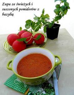 Smaczna, sycąca i pachnąca zupa ze świeżych i suszonych pomidorów z bazylią.