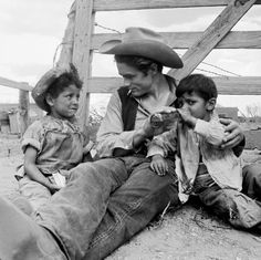 The 1956 film Giant was nominated for 10 Academy Awards and won a Best Director Oscar for George Stevens. Above, James Dean sits on set with Robert Marquez, left, and Joe Vasquez of Marfa, Texas. Classic Hollywood, Old Hollywood, James Dean Photos, Films Cinema, Jimmy Dean, Jimmy Jimmy, East Of Eden, Actor James, Idol