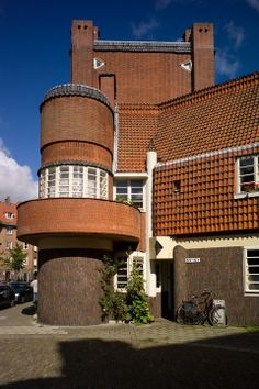 "architecture néerlandaise moderne : Michel de Klerk, 1919, ""Het Schip"",  Amsterdam, 1910s, briques, tuiles Unusual Buildings, Interesting Buildings, Modern Buildings, Beautiful Buildings, Amsterdam School, I Amsterdam, Medan, Harlem Renaissance, International Style Architecture"