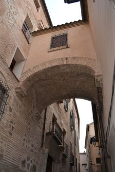 Arcos y cobertizos, calles y callejuelas... y siempre descubriendo ¡Toledo! Patrimonio y leyendas, Historia y encuentros en cada lugar, en cada rincón.